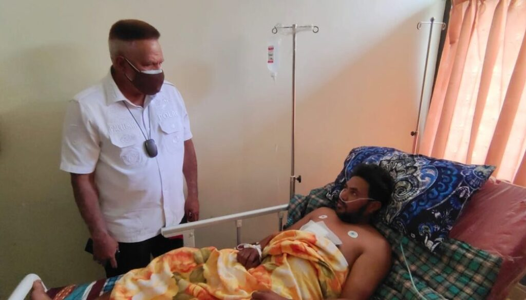 Kepala Badan Intelijen Keamanan (Kabaintelkam) Polri Komjen Pol Paulus Waterpauw saat menjenguk korban luka tembak oleh KKB di rumah sakit Bhayangkara. (Foto : Asham)