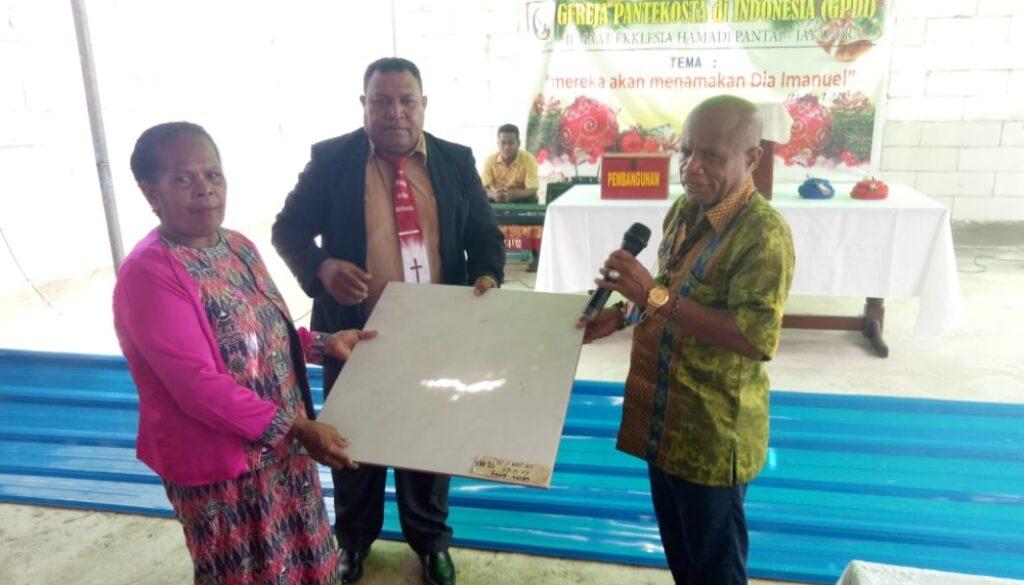 Anggota DPR Papua, Yonas Alfons Nussy ketika menyerahkan bantuan secara simbolis berupa atap seng dan keramik untuk warga Seireri di Hamadi Pantai, Kota Jayapura, Minggu.