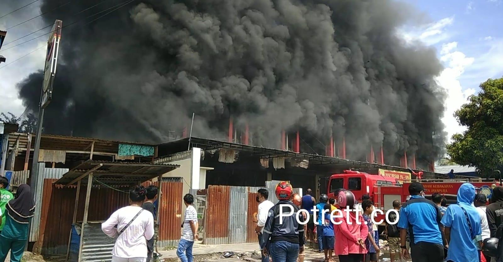 """""""Kami masih di TKK (tempat kejadian kebakaran), tadi kami turunkan semuanya. AWC (supply) tiga unit, jadi kita masih di lokasi. Mobil (armada) kami yang berjumlah tujuh unit semuanya itu kami turunkan. Ada tujuh, empat penyemprot dan tiga suplay (AWC),"""" kata Kepala Bidang (Kabid) Pemadam Kebakaran (Damkar) Kota Jayapura, Margaretha Kirana ketika dikonfirmasi di lokasi kebakaran, Rabu pagi sekitar pukul 06.20 WIT."""