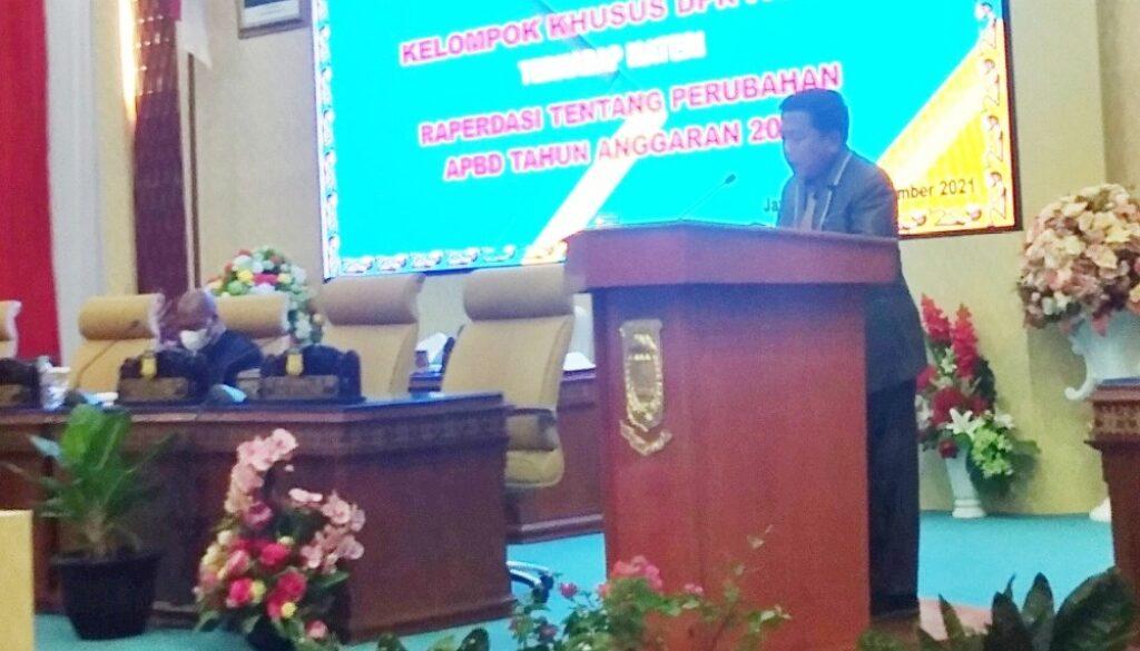 H. Darwis Massi  saat membacakan Pendapat Akhir Fraksi Gabungan Keadilan Nurani DPR papua dalam rapat paripurna V, Kamis. (Foto : Tiara)