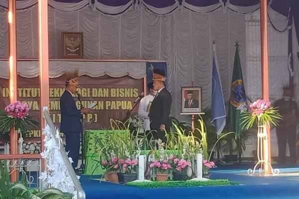 Dr. Drs. Ichsan Ansari Ibrahim, MM ketika dilantik dan diambil sumpah janjinya sebagai rektor ITBKPP YPKP Sentani oleh Ketua YPKP Sentani Drs. Supriyadi, M.Pd
