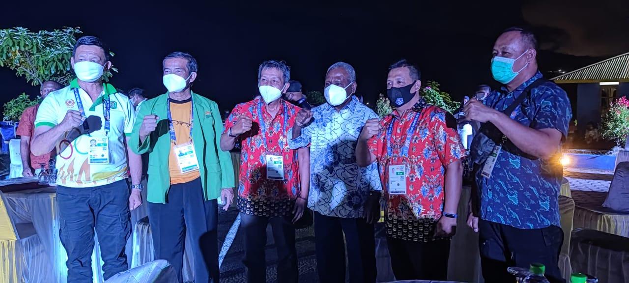 Foto bersama dalam acara Welcome Party PON XX Klaster Kabupaten Jayapura, di Pholeuw Park, Asei Kecil, Distrik Sentani Timur, Kabupaten Jayapura, Kamis malam.
