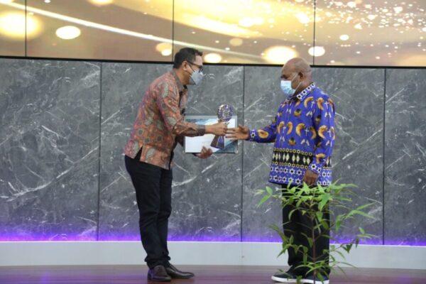 Gubernur Papua Lukas Enembe saat menerima plakat penghargaan.(Foto : Pasificpos.com)