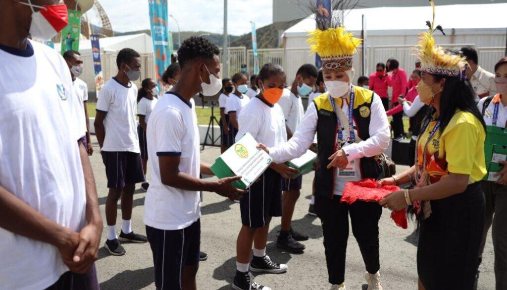 Ketua Perwosi, Ny.Tri Tito Karnavian saat membagikan sepatu olahraga kepada anak Papua, Kamis.