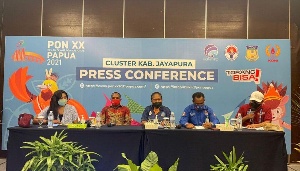 Koordinator Sub Bidang Sosial Ekonomi pada Bidang IV Sub PB PON XX Klaster Kabupaten Jayapura Yos Levie Yoku memberikan keterangan pers.