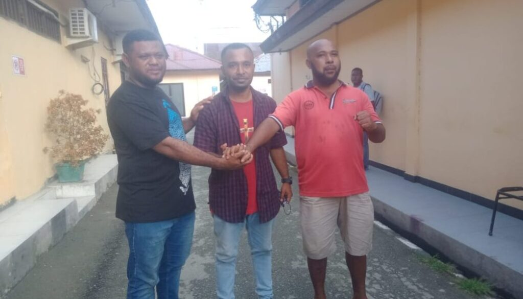Korban penganiayaan Austen E. Yakarimilena dan dua pelaku pemukulan James G. Tokoro dan Astus Puraro akhirnya berdamai, di Ruang Penyidik Satreskrim Polres Jayapura, Senin.