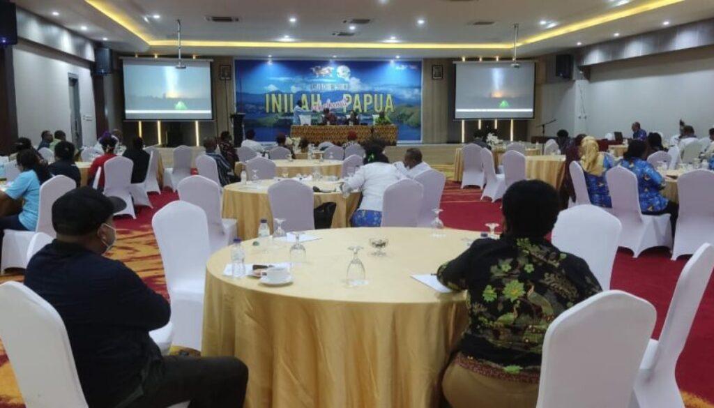 "Suasana peluncuran buku karya Dorince Mehue bersama Dwi Urip Pramono, ""Inilah Sekelumit Papua"", yang berlangsung di Suni Garden Lake Hotel and Resort Sentani, Kabupaten Jayapura, Kamis (30/9/2021) malam. (Foto Irfan)"