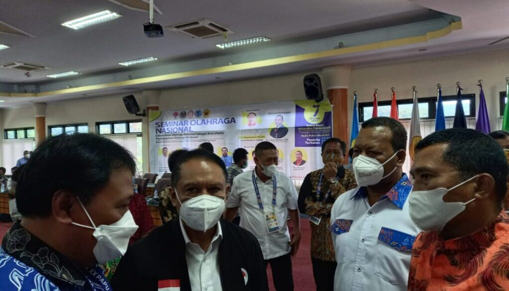 Menteri Pemuda dan Olaraga Republik Indonesia (Menpora RI) Zainudin Amali usai menghadiri Seminar Nasional Olahraga PON XX Papua 2021 di Ruang Rapat Senat Uncen, Jayapura, Kamis (7/10/2021). (Foto : Surya)