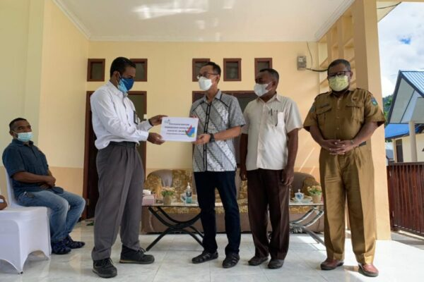 Penyaluran bantuan TJSL PLN untuk mendukung kegiatan ibadah di Gereja Katolik St.Laurentius Wasior, Papua Barat, Senin. (Foto : Istimewa)