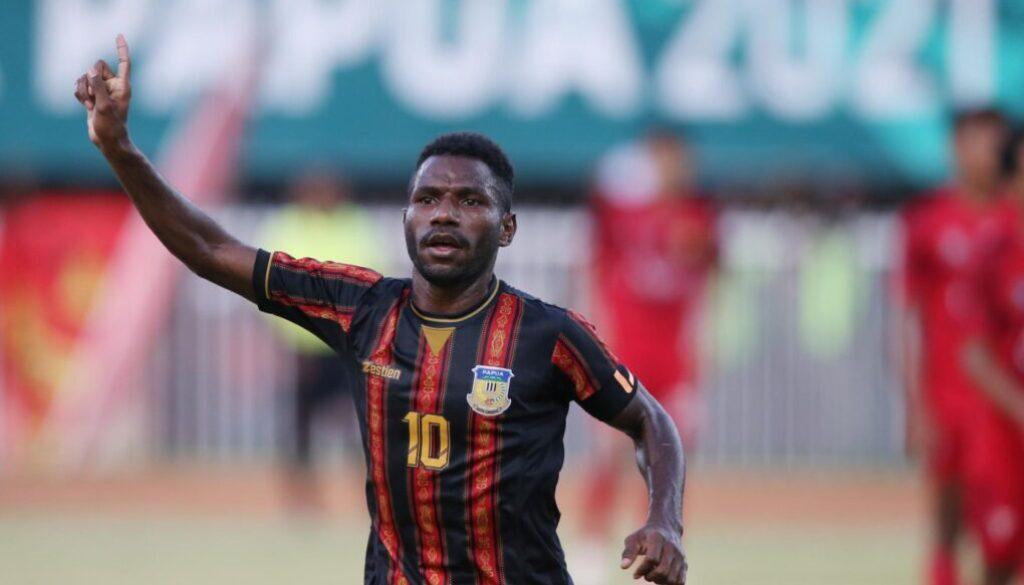 Striker Papua Ricky Ricardo Cawor melakukan selebrasi usai mencetak gol ke gawang Aceh pada laga final cabor sepak bola putra PON XX di Stadion Mandala Jayapura, Kamis (14/10/2021) (Foto: PB PON XX Papua)