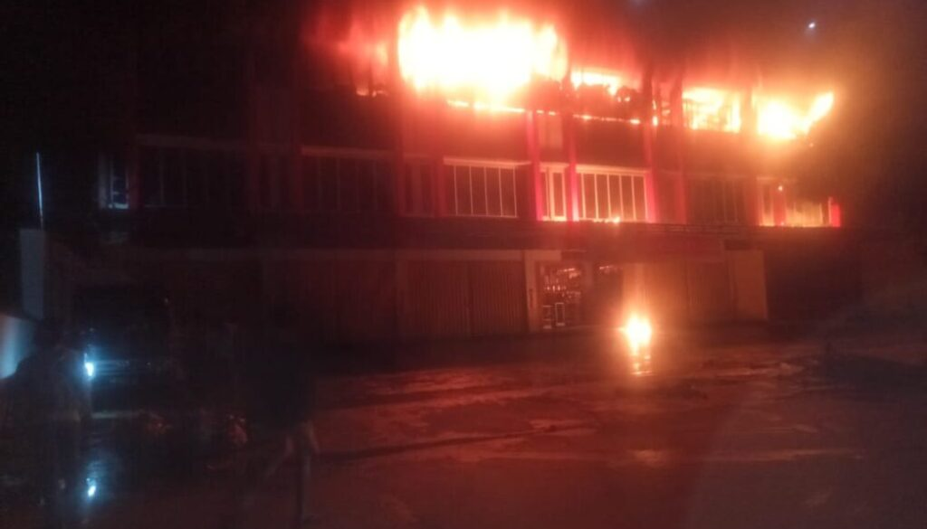 Ruko tiga lantai di Jalan Baru Tembus Melati Kelurahan Waimhorock, Abepura terbakar Rabu dinihari