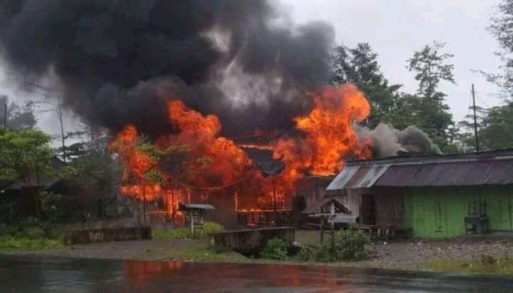 Rumah warga dibakar  massa yang melakukan penyerangan pasca beredar kabar mantan Bupati Yahukimo, Abock Busup meninggal dunia. (Foto Istimewa)di Yahukimo