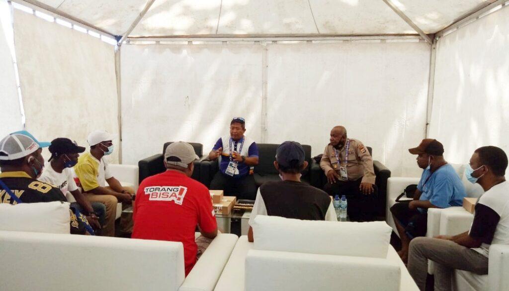 Sekjen PB Porlasi Kolonel Laut (S) Dodik Pujiargo saat lakukan mediasi bersama keluarga Atlet Layar Papua di VIP Room Venue Layar PON XX, Minggu.(Foto : Tiara)