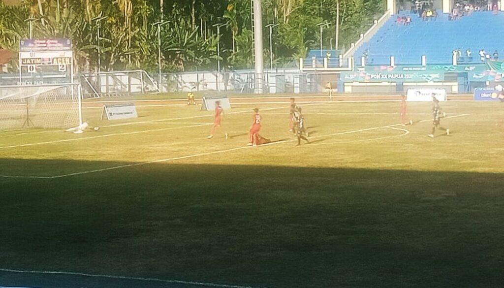 Pertandingan semifinal sepak bola putra antara tim Aceh berhadapan dengan tim Jawa Timur, di Stadion Barnabas Youwe, Sentani, Kabupaten Jayapura, Selasa sore. (Foto : Irfan)