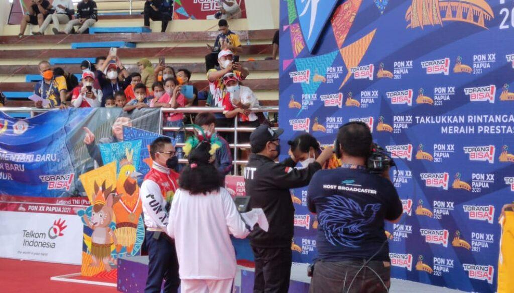 Wakil Gubenur NTT, Josef Nae Soi saat mengalungkan medali kepada atlet silat NTT yang berhasil meraih emas pada PON XX Papua, di GOR HMS-Toware, Kabupaten Jayapura, Selasa.(Foto : Irfan)