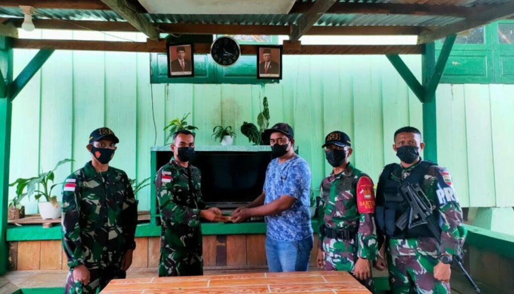 Warga saat menyerahkan munisi kepada Satgas Pamtas RI-PNG. (Foto : Istimewa)
