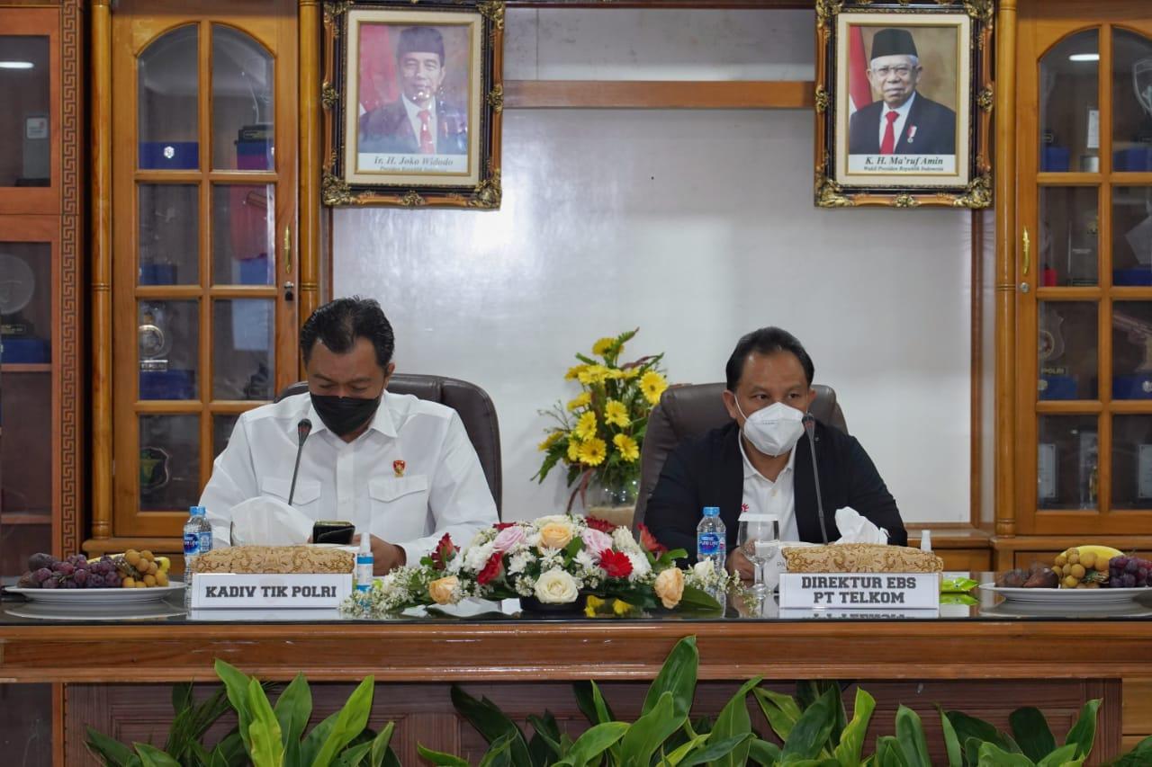 Direktur Enterprise Business Service Telkom Edi Witjara (kanan) bersama Kepala Divisi TIK Polri Irjen Pol Slamet Uliandi saat acara pembukaan rangkaian pelatihan Internetworking Bersertifikat di Polri di Jakarta pada Rabu (13/10).