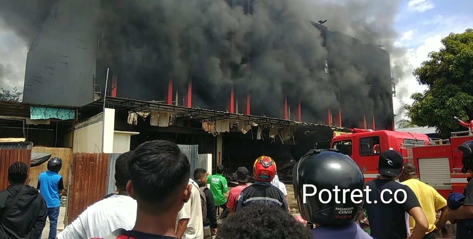 Diduga api cepat merambat ke bangunan lain lantaran banyak barang yang mudah terbakar. Bidang Pemadam Kebakaran Kota Jayapura menerjunkan tujuh unit mobil pemadam kebakaran yakni, empat unit mobil penyemprot dan tiga unit mobil AWC atau supply. Serta satu unit mobil water cannon milik Brimob Polda Papua.